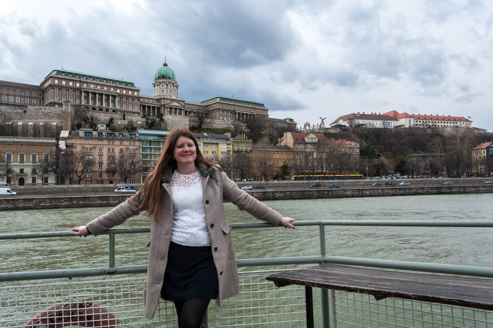 Varen op de Donau in Boedapest et op de achtergrond de Burcht van Boeda