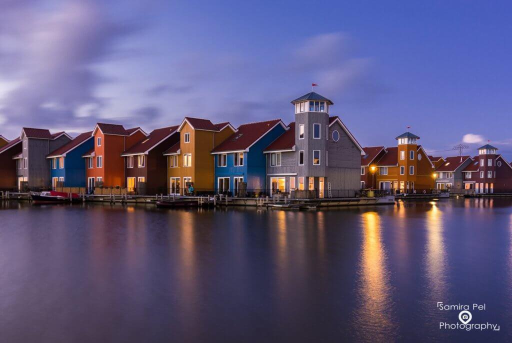 Gekleurde huizen aan de Reitdiephaven in Groningen
